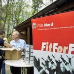 Werner Kroll und Christian Heinz bereiten die Siegerehrung vor