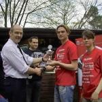 Der Pokal für den 2.ten Platz, übernommen von Nils Beyer und Femke Herrmann