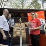 André Mengel nahm von Bereichsführer-Vertreter Peter Hug den Pokal entgegen