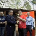 Wehrführer Jörg Plagens übergab den Wanderpokal an seine eigene siegreiche Wehr