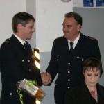 WF/V Bernd Rieck überreicht ein Präsent im Namen der Wehr ©L. Rieck