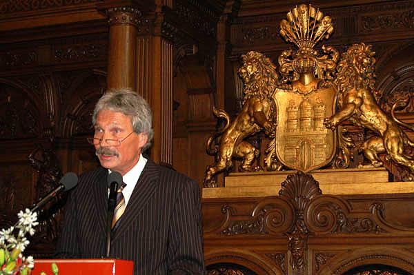 Während einer Rede im Rathaus