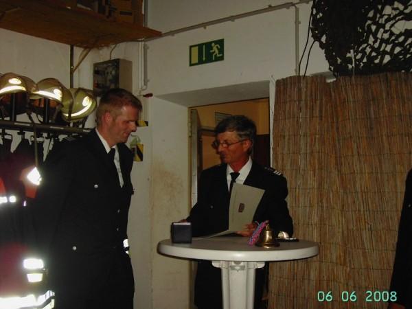 Karsten, hier schon als Bereichsführer, wird durch LBF Hermann Jonas für 25-jährige Tätigkeit in der Freiwilligen Feuerwehr geehrt ©F 2951
