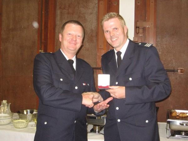 BERF Karsten Dabelstein überreicht Dirk Achterberg die Feuerwehrverdienstmedaille in Silber ©F 2952