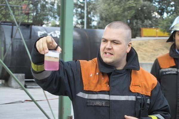 Ausbilder Matthias Proske zeigt normales Mehrbereichsschaummittel