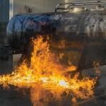 Sofort nach der Unterbrechung des Wassereinsatzes kam es zu einer Rückzündung in der brennenden Flüssigkeit