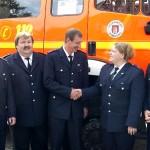 Auch die Wehrführerin gratuliert zu 25 Jahren Feuerwehrdienst.