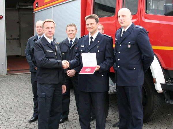 Gruppenbild Marburger Feuerwehrchef WernerFischer (links) WF FF Poseldorf David Martig (in der Mitte) und sein Vertreter Frank Jensen.