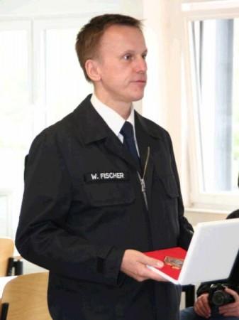 Werner Fischer -Leiter der Feuerwehr Marburg verliest die Auszeichnung.