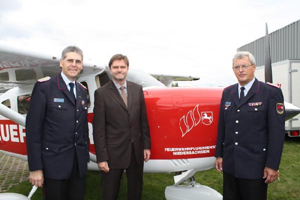 Foto: Feuerwehr-Präsident Hans Graulich (links), Innenminister Uwe Schünemann und der Koordinator des Flugdienstes Werner Meyer freuen sich über die neuen Maschinen.