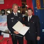 WF Fabian Keller und der Jugendfeuerwehrwart Jens Zeyn-Kranz mit der Gründungsurkunde
