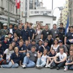 Gruppenbild vor dem weltberühmten Checkpoint Charlie in Berlin.