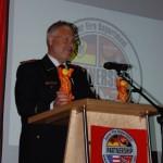 Der Präsident des Deutschen Feuerwehrverbandes e.V. Hans-Peter Kröger überbringt seine Grußworte auf der offiziellen Abschiedsfeier.