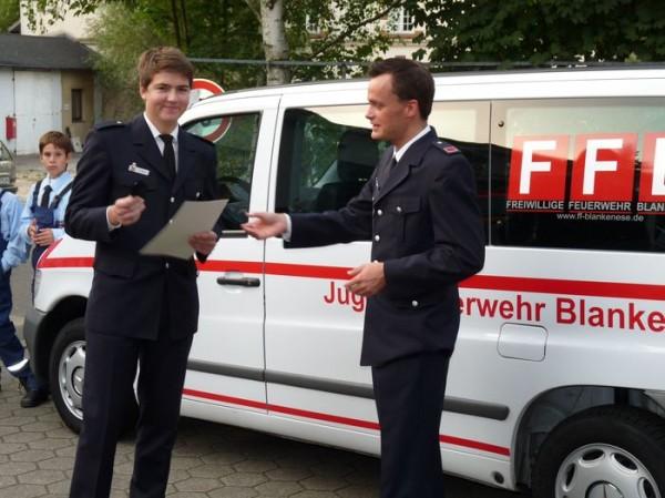 Wehrführer Tobias Marquard ernennt Felix Reus zum Feuerwehrmann