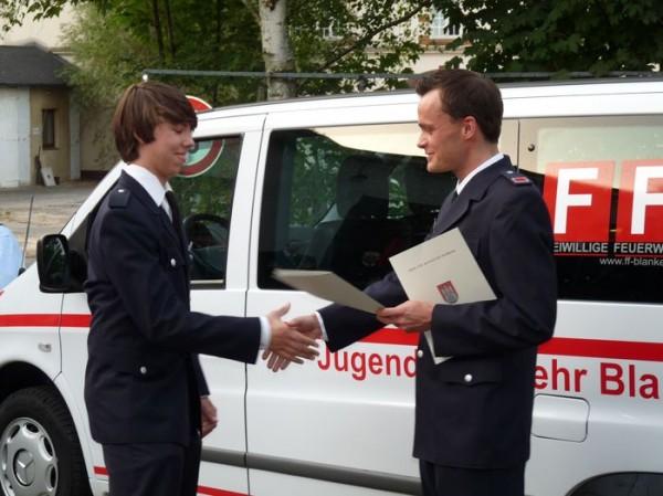 Wehrführer Tobias Marquard ernennt Philipp Tomczak zum Feuerwehrmann