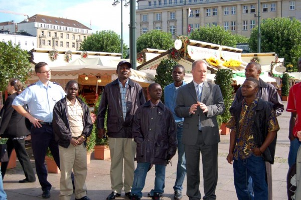 Der Bürgerschaftsabgeordnete Michael Neumann begrüßte die tansanische Delegation vor dem Rathaus
