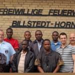 Gruppenfoto bei der FF Billstedt-Horn. Ganz rechts der Kamerad Reinhard Paulsen aus der FF Wellingbüttel. Er war Delegationsleiter und verantwortlich für den Ablauf des Besuches