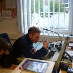 Lehrgangsteilnehmer David Schulz als Fernmelder der Übungsleitung im 2-m-Funk.