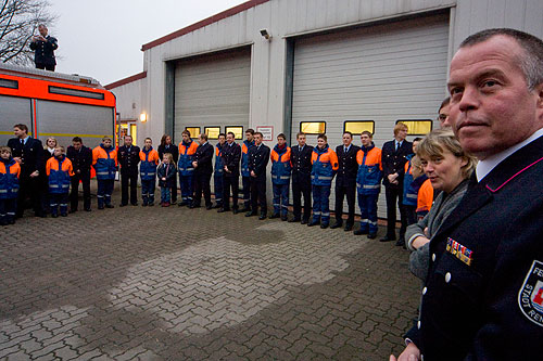 Die Kameraden aus Leck und Winterhude erwarten Peter vor dem Feuerwehrhaus.