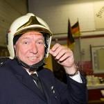 Die Kameraden aus Leck brachten Peters alten Feuerwehr-Helm mit.
