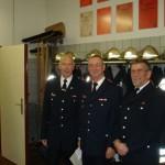 Manfred Ulrich (links) und Bernhard Schubert (rechts) nahmen Michael symbolisch in die Ehrenabteilung