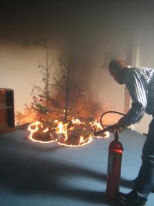 Nur wenn ein Eimer Wasser oder ein Feuerlöscher in unmittelbarer Reichweite ist, kann das Feuer rechtzeitig gelöscht werden. Copyright LFV Schleswig-Holstein