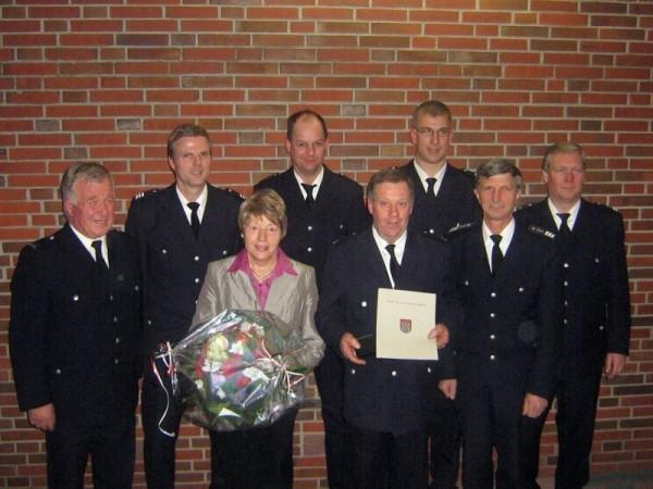 Heino Peters (4. v. r.) mit Partnerin Renate und den Gratulanten zum Jubiläum ©F-2951