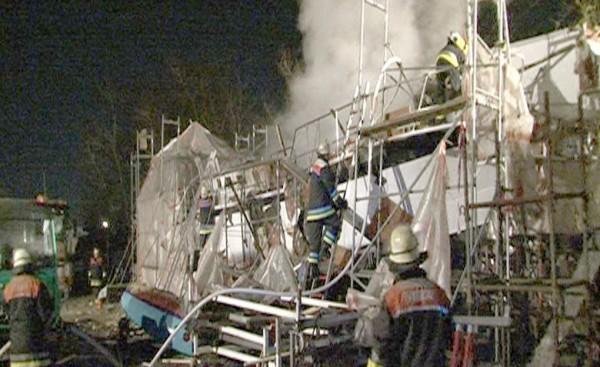 Löscharbeiten am Schiff. Quelle: www.nonstopnews.de