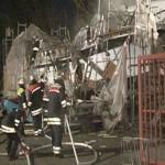 Zerstörungen am Schiff und dem Lkw davor. Quelle: www.nonstopnews.de