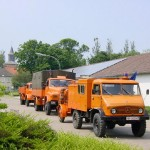 vorn das EF m. EF-Anhänger, gefolgt von einem DMF und einem TW 30 (Transport-Lkw für Trinkwasserbehälter 3000 l).