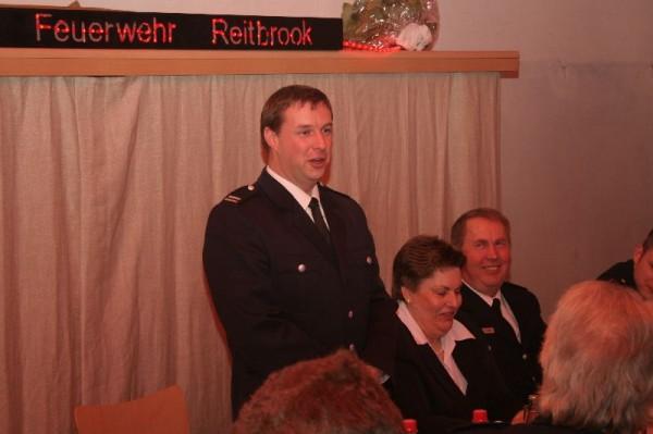 Der Wehrführer der FF Reitbrook Rainer Aue, bei seiner Begrüßungsansprache.