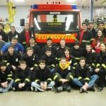 Die Mitglieder der Jugendfeuerwehr Mineola gemeinsam mit ihren Betreuern vor dem Geschenk aus Hamburg.