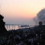 Starke Rauchentwicklung beim Entzünden des Osterfeuers am Jollenhafen Mühlenberg  Copyright: Gregor Lütcke, FF Altona