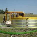 Bevor Öl von Wasser getrennt werden kann, wird es in großen Becken gesammelt. ©F-2957