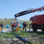...und wird hier vom GW-Kran der FF Warwisch zu Wasser gelassen... ©F-2957