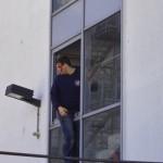 Während der Menschenrettung droht ein Bewohner damit, aus dem Fenster zu springen