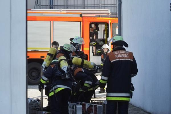 Der erste Zug leitet die Lösch - und Rettungsarbeiten ein