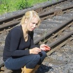 Eine Reisende mit einem schweren Schock und Schnittverletzungen an den Händen