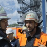B-Dienst Michael Gihl weist Zugführer Jörg Braatz ein