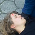 Eine bewustlose Frau nach einer Massenschlägerei mit Reizgasmissbrauch