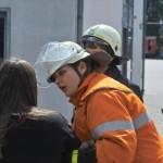 Eine Feuerwehrfrau bringt eine schockverletzte Frau in Sicherheit