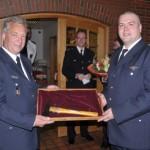 links WFV Ingo Hagemann, rechts WF Matthias Proske bei der Übergabe des Wehrgeschenks