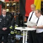 Der Bereichsführer Walddörfer (r.), Dirk Lübkemann, übermittelt die Glückwünsche des Bereiches.