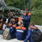 Aufgabenstation an der Trave, begleitet durch ein Team des NDR.