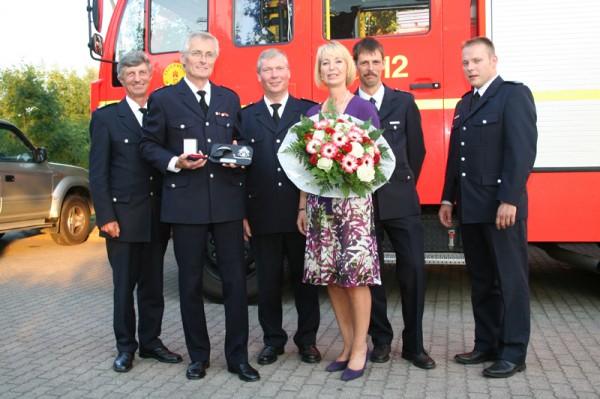 von links: LBF Hermann Jonas, Jubilar Horst Wilkens, LBF/V Süd Werner Burmester, Gaby Wilkens, WFV Karsten Fliegener, BERF Sebastian Struss