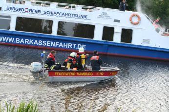 Erste Kräfte werden zum Schiff gebracht. ©FF Neuengamme