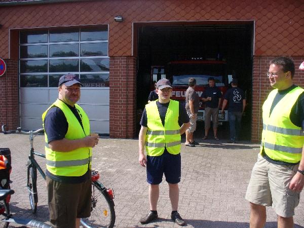 Teilnehmer der roten Radtour vor der Feuerwehrhaus der FF Eversen, das als Verpflegungspunkt diente.