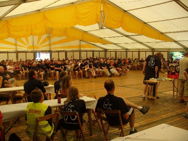 Die Abschlussveranstaltung im Festzelt im Lager Hörsten.