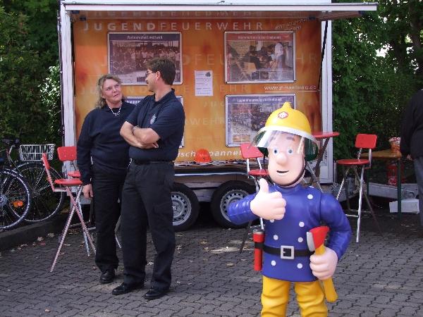 Jugendwartin Birgit Rosenkranz mit einem Feuerwehrkameraden bei der Werbung für die neu gegründete JF Langenhorn.