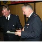 LBFV/S Werner Burmeister ehrt Günther Matthees im Auftrag der Freiwilligen Feuerwehr HH ebenfalls. (©D.Frommer)